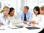 contoh-gambar-pemimpin-perusahaan-sedang-berdiskusi-dengan-karyawan.jpg