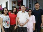 cornelis-foto-bersama-istri-dan-anggota-keluarga.jpg