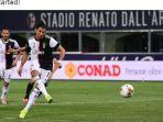 cristiano-ronaldo-mencetak-gol-penalti-yang-membuat-kiper-bologna.jpg