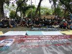 demonstrasi-di-kantor-bksda-kalbar-menuntut-jumardi-warga-sambas.jpg