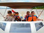 dengan-menggunakan-speed-boat-dinas-milik-polsek-belitang-hilir.jpg