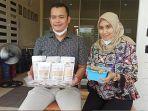 dr-ichsan-alhadi-bersama-istri-memperlihatkan-produk-jahe.jpg