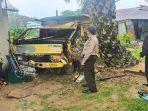 dump-truk-yang-menabrak-tiga-unit-rumah-di-desa-bagak-2.jpg