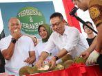 edi-kamtono-cicipi-durian.jpg
