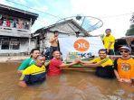 h-eko-suprihatino-saat-menyerahkan-bantuan-kepada-korban-banjir.jpg