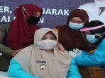 hairiah-saat-di-suntik-vaksin-covid-19-5.jpg