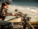 ilustrasi-wanita-pengendara-motor.jpg
