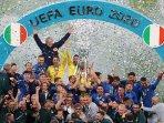 italia-mengangkat-tropi-juara-uefa-euro-2020.jpg