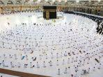 jamaah-muslim-berdoa-di-sekitar-kabah.jpg