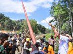 jarot-winarno-bersama-warga-desa-tanjung-prada-mendirikan-tiang.jpg