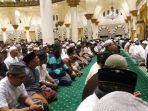 jemaah-salat-di-masjid-raya-mujahidin_20170526_212946.jpg