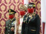 karolin-menyaksikan-upacara-penurunan-bendera.jpg