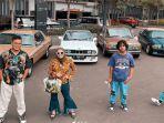keluarga-uya-kuya-foto-bersama-mobil-tua-miliknya.jpg