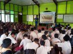 ketua-komunitas-relawan-perahu-edukasi-berikan-materi-di-hadapan-siswa-mtsn-1-ketapang.jpg