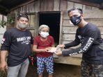 ketua-ljc-landak-saat-salurkan-bantuan-ke-masyarakat-desa-parek.jpg