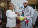 ketua-takmir-masjid-darun-nazah-menyerahkan-donasi.jpg