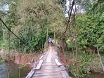kondisi-jembatan-darurat-yang-digunakan-masyarakat-desa-sebabas.jpg