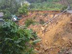 kondisi-tanah-longsor-yang-terjadi-di-tepi-jalan-trans-kalimantan-tepatnya-di-desa-pedalaman.jpg
