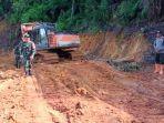 letkol-inf-basyaruddin-saat-meninjau-proses-pembangunan-jalan-di-desa.jpg