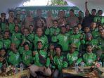 management-gojek-indonesia-berfoto-bersama-dengan-para-mitra-driver-gojek-sorong.jpg