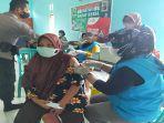 masyarakat-ikuti-vaksinasi-di-gerai243543.jpg