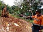 membantu-perbaiki-jalan-di-desa-jago-bersatu.jpg