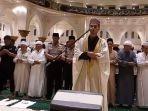 muzamil-hasbala-imami-salat-isya-di-masjid-raya-mujahidin-pontianak_20170608_201732.jpg