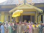 ombongan-gubernur-kalbar-di-istana-keraton-sambas-disambut-tradisi-tepung-tawar.jpg