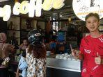 owner-aming-coffee-limin-berpose-di-depan-warung-kopi-aming-coffee.jpg