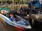 para-penumpang-keluar-dari-speedboat-rute-sukadana-pontianak-di-sukadana.jpg