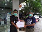 para-relawan-yang-telah-terjun-langsung-membagikan-hand-sanitizer.jpg