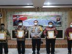 para-tokoh-di-kabupaten-landak-saat-mendapat-penghargaan-dari-akbp-ade-kuncoro.jpg