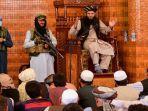pejuang-bersenjata-taliban-berdiri-di-samping-imam.jpg