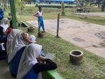 pelajar-smpn-4-sintang-duduk-sembari-melihat-kegiatan-ekstrakurikuler.jpg
