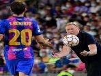 pelatih-barcelona-ronald-koeman-menangkap-bola.jpg