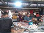 pembeli-daging-sapi-di-pasar-sebukit-rama-masih-normal.jpg