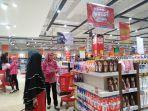 pengunjung-tampak-sedang-berbelanja-di-transmart-carrefour-kubu-raya.jpg