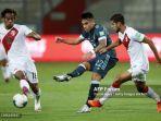 penyerang-argentina-lautaro-martnez-berhasil-mencetak-gol-di-laga-peru-vs-argentina.jpg