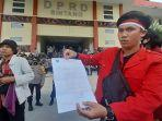 peserta-aksi-menunjukan-salinan-surat-dari-dprd.jpg