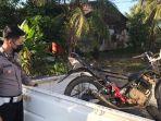 petugas-kepolisian-mengevakuasi-sepeda-motor-dari-tkp-kecelakaan-054.jpg