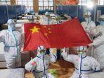 petugas-medis-membentangkan-bendera-china.jpg
