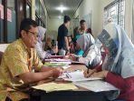 petugas-melayani-pelamar-cpns-2019-berkas-bkpsdm-kota-singkawang.jpg