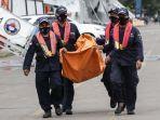 petugas-membawa-serpihan-pesawat-sriwijaya-air-sj-182-rute-jakarta-pontianak.jpg