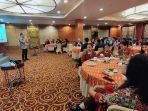 pihak-hotel-santika-melakukan-foto-bersama-peserta-seminar.jpg