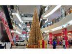pohon-natal-menjulang-tinggi-di-lantai-dasar-singkawang-grand-mall.jpg