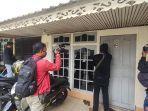 polisi-menutup-rumah-yang-dijadikan-kantor-pinjaman-online-di-gang-syukur-3.jpg