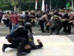 potongan-video-oknum-polisi-banting-mahasiswa.jpg