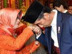 presiden-jokowi-bersama-ibundanya-sujiatmi-notomiharjo.jpg