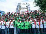 ratusan-mitra-gojek-ambon-berfoto-bersama-di-monumen-gong-perdamaian.jpg