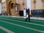 salah-satu-petugas-masjid-raya-mujahidin.jpg